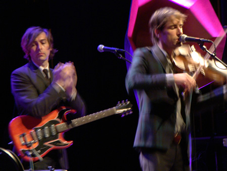 andrew-bird-right-with-guitarist